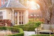 Wat te doen als thuis wonen echt niet meer gaat? Ontdek onze liefdevolle, gespecialiseerde dementiezorg.