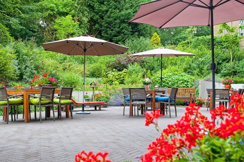 Aangename tuin van het particuliere verpleeghuis in Den Haag