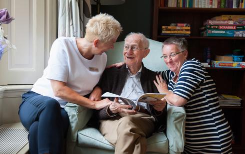 Gespecialiseerde dementiezorg en liefdevolle medewerkers. De dementiezorg die u zoekt bij particulier verpleeghuis Martha Flora.