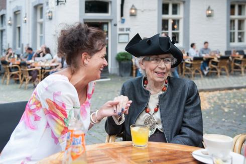 Liefdevolle medewerkers en gespecialiseerde dementiezorg bij particulier verpleeghuis Martha Flora Maastricht